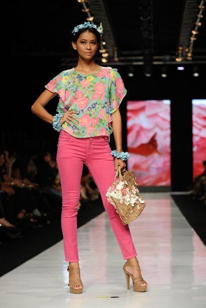 Si vas a usar una blusa floreada puedes combinarla con un pantalón liso.