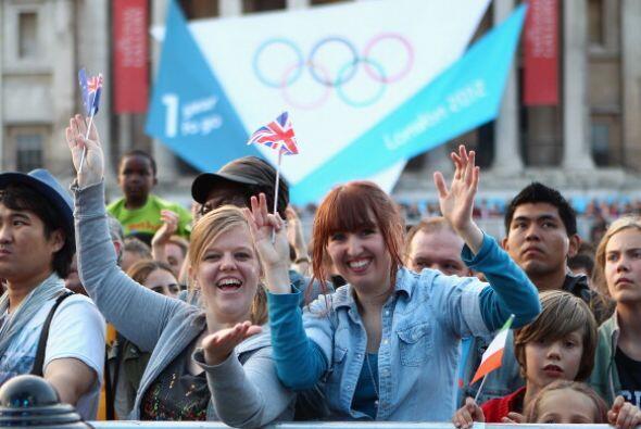 Miles de personas se concentraron en la céntrica plaza de Trafalgar, a o...