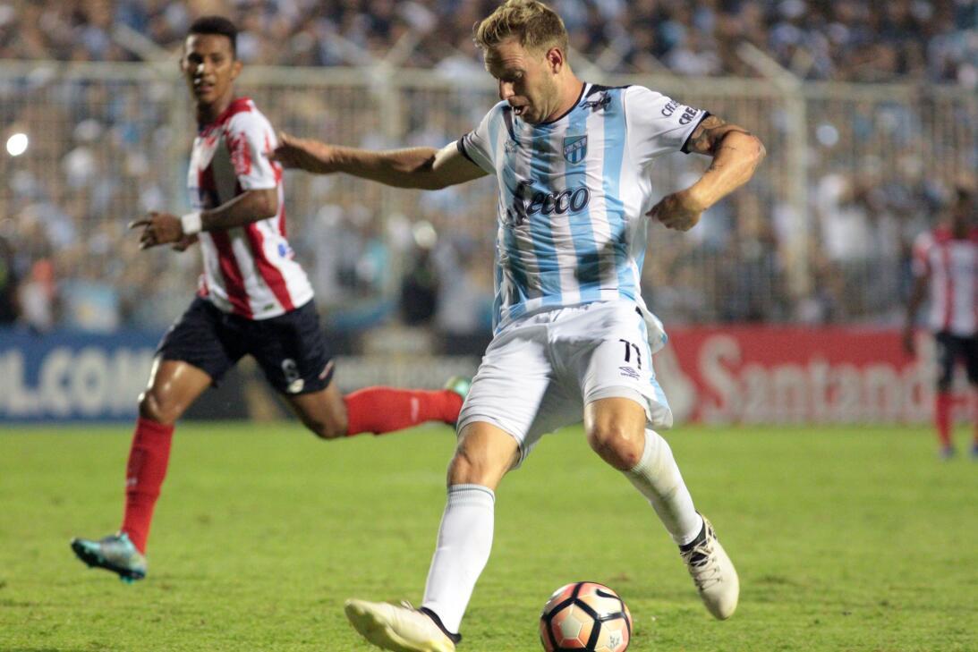 En Atlas suena el argentino Cristian Menéndez, del Atlético Tucumán, com...