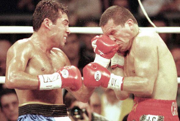 """La segunda pelea entre """"scar De la Hoya y Julio César Chávez se celebró..."""