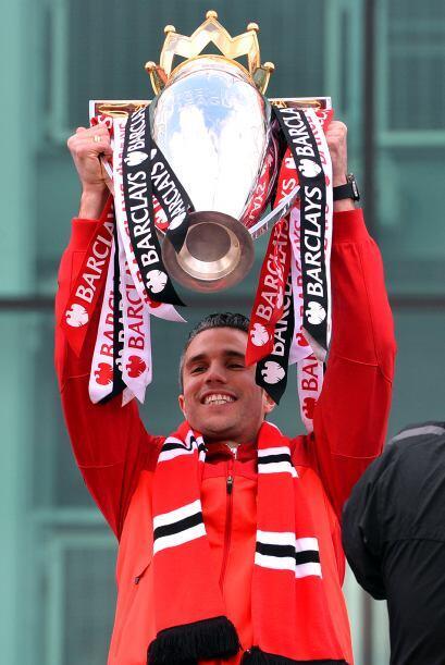 Robin van Persie cargaba el trofeo de la Premier, el primero que logra e...
