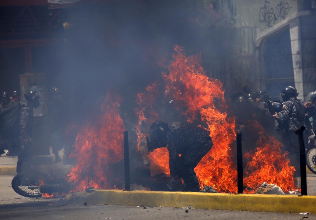 La detonación se produjo al paso de una columna de policías motorizados...