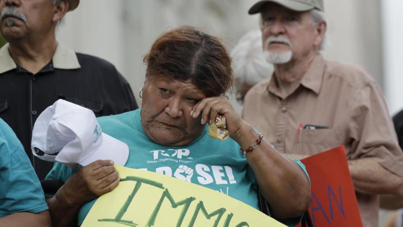 Una mujer participa en una vigilia en San Antonio por las víctimas