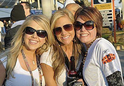 Este trío de lindas damas nos dio la bienvenida al Sun Life Stadium de M...