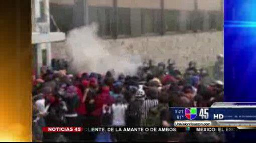 Captado en video: Estudiantes enfrentan a policía