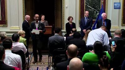 El subsecretario del DHS, Alejandro Mayorkas, entrega los certificados d...
