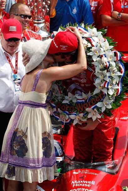 Judd y Franchitti festejaron la victoria con un romantico beso sobre la...