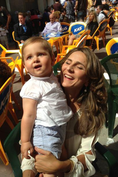 La hermana de Jomari con su hermoso sobrino.