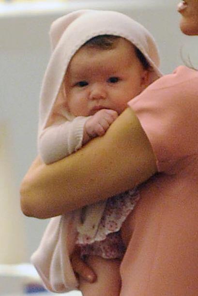 Victoria nunca se separa de su nena.  Mira aquí los videos más chismosos.