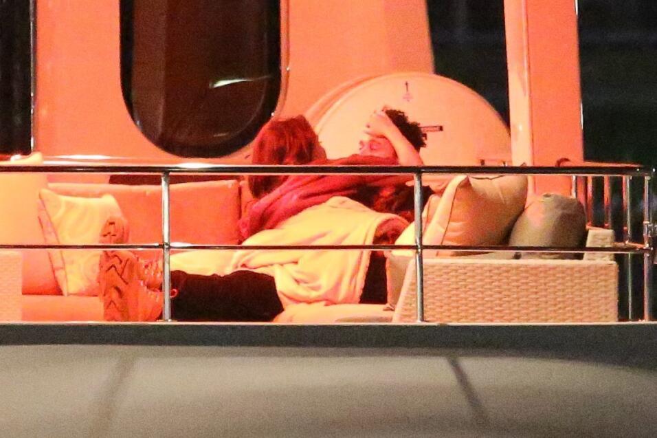 Selena Gomez pasó sus manos por el cabello de The Weeknd antes de besarlo.