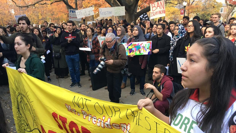 Decenas de estudiantes escuchan mensajes reivindicativos en campus de Ne...