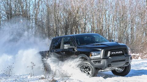Así es como se debe conducir una troca en la nieve