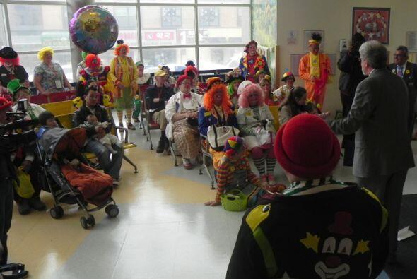 Al final de la visita todos los payasos se congregaron en la sala de reg...