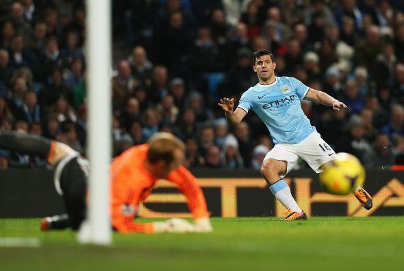 Sergio Agüero estuvo muy cerca de marcar, pero la pelota no quiso entrar...