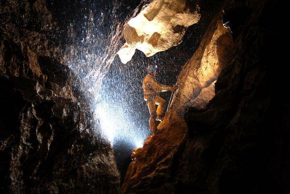 Un espeleólogo explora la cueva Riesending donde un explorador está heri...
