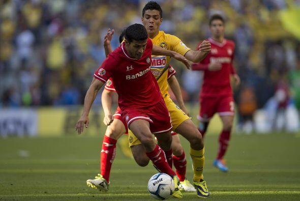 Raúl Jiménez fue bien marcado por los defensas de los DIablos Rojos, per...