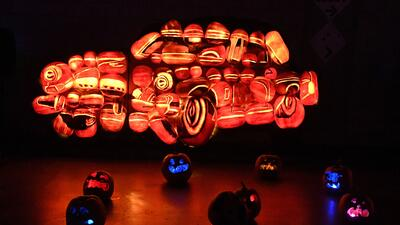 Autos y dragones iluminan un festival artístico con calabazas de Halloween