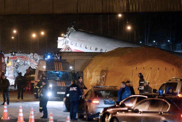 La cabina del avión cayó sobre la calzada de la autopista...