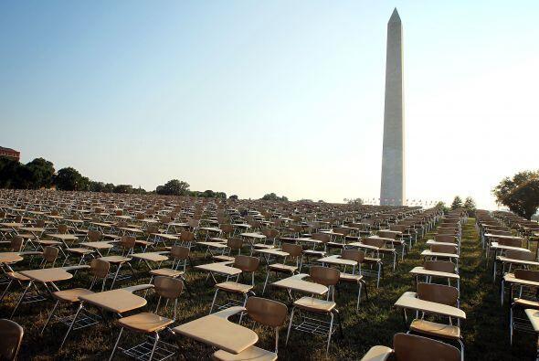 La organización College Board instaló 857 pupitres vacíos en los terreno...