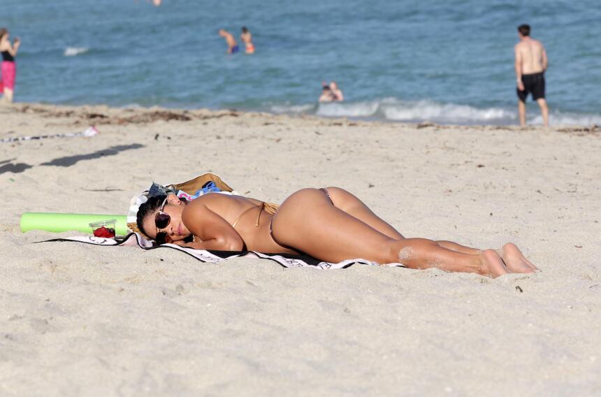 La modelo asolea su cuerpazo de gym en las playas de Miami.