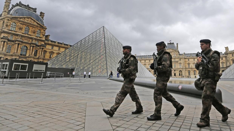 Soldados en el Museo de Louvre