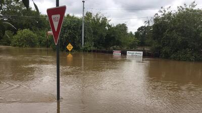 Inundaciones en el centro de Texas provocan la evacuación de decenas de personas