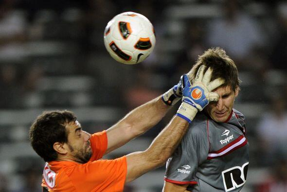El portero del Guaraní, Pablo Aurrecochea se equivocó y en vez de agarra...