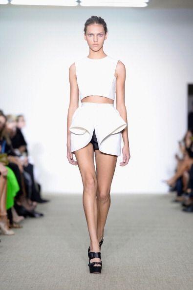 Una minifalda asimétrica o con alguna abertura dará un toque todavía más...