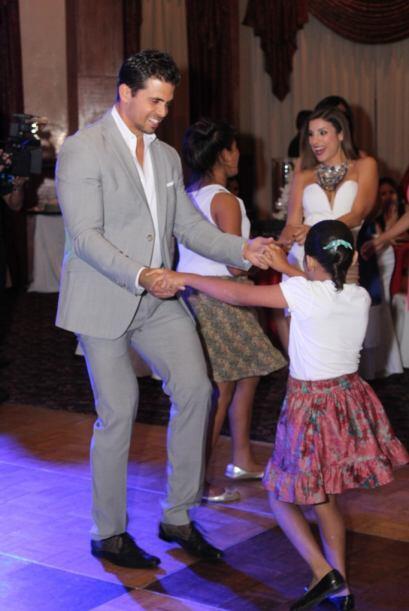 Las niñas estaban felices de poder bailar con un actor de telenovela. Co...