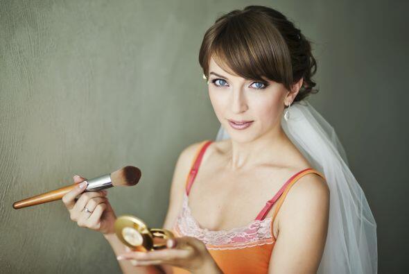 Si decides hacerlo tu misma, ensaya tu maquillaje uno o dos días antes,...