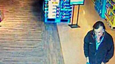 Imagen tomada de una cámara de seguridad que muestra al segundo sospecho...
