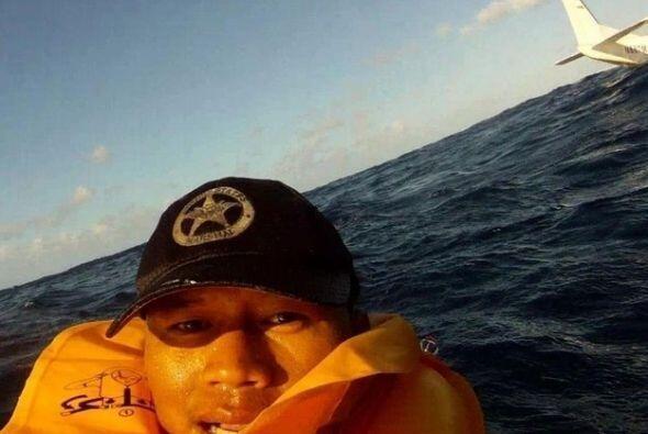 Él es Fernando Puentes y se tomó una selfie luego de que la avioneta en...
