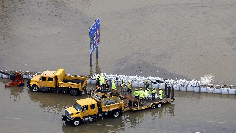 Colocan sacos de arena en las riveras del río Mississippi
