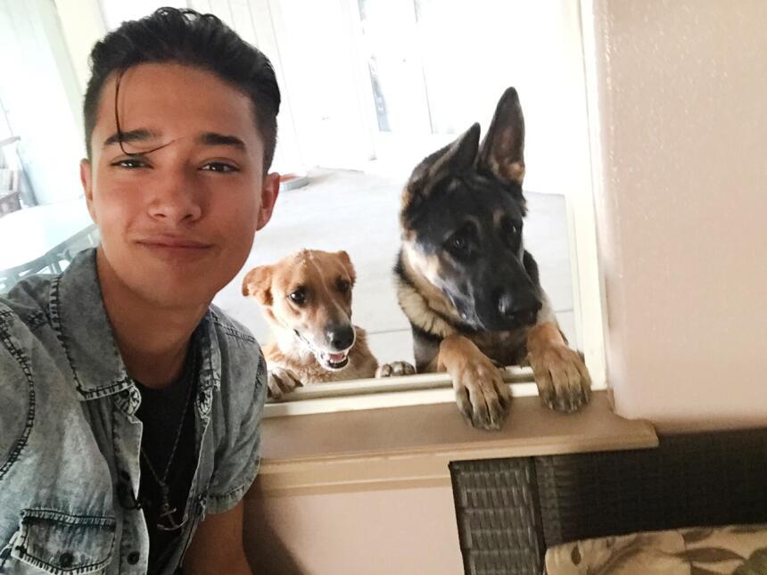 Joel nos dio acceso exclusivo a su casa. Conocimos a sus mascotas, a su...