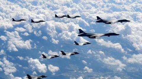 Aviones de combate de EEUU vuelan en unas maniobras en Corea del Sur rea...