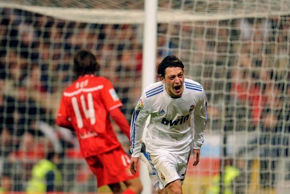 Mesut Özil se quitó al arquero y los defensas para poner el 1-0.