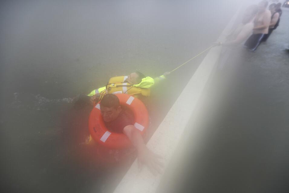 Wilford Martínez es rescatado de su carro inundado en la Interest...
