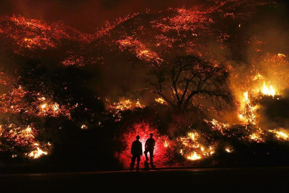 Al visitar las zonas afectadas en Ventura, el gobernador Jerry Brown man...