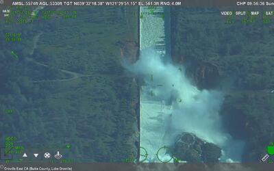 La represa de Oroville usa su vertedero de emergencia por primera vez en...