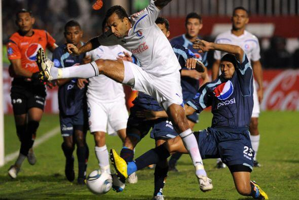 Fabio de Souza empató a los treinta para Olimpia pero no fue suficiente...