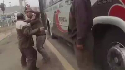 A golpes, un pasajero y dos empleados se enfrentan en un autobús de Perú