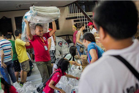 El tifón Haiyan azotó Filipinas el viernes con vientos sos...