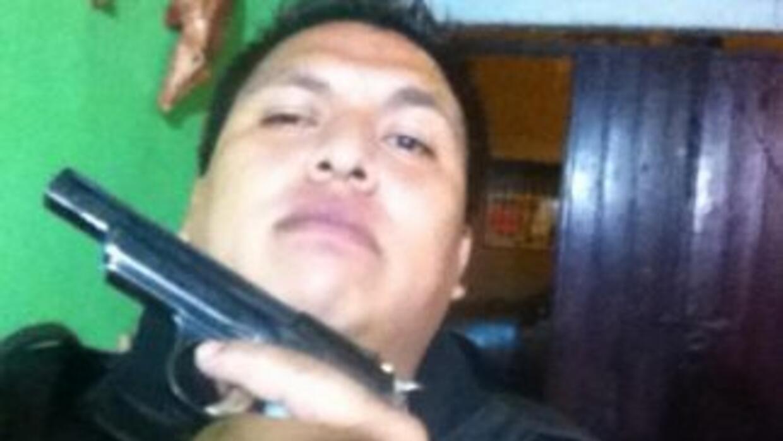 En una de las fotos de su Facebook, Irigoyen Zamora aparece mostrando un...