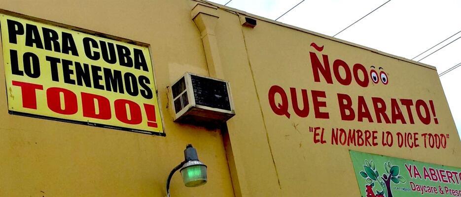 """""""Para Cuba lo tenemos todo"""", reza un cartel sobre la fachada d..."""