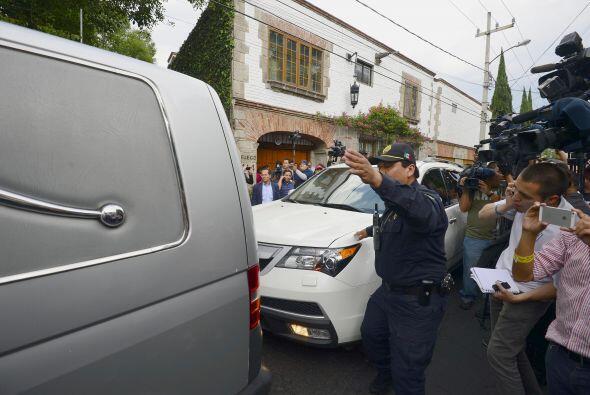 Con dificultades por la nube de periodistas que hacían guardia, el coche...