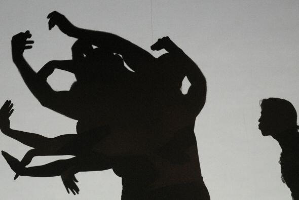 La imagen de una niña que juega con su sombra frente a una vela es todo...