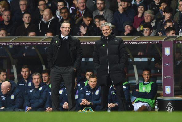 Como el partido no estaba muy bueno, Mourinho se fue al banquillo del As...