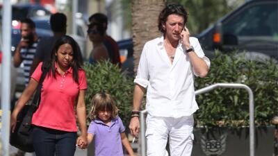 ¡Paulina se va a enojar! Colate permite que su hijo respire el humo del cigarro