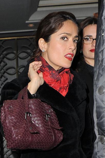 Por su parte, la actriz mexicana también llegó con los mismos colores, p...