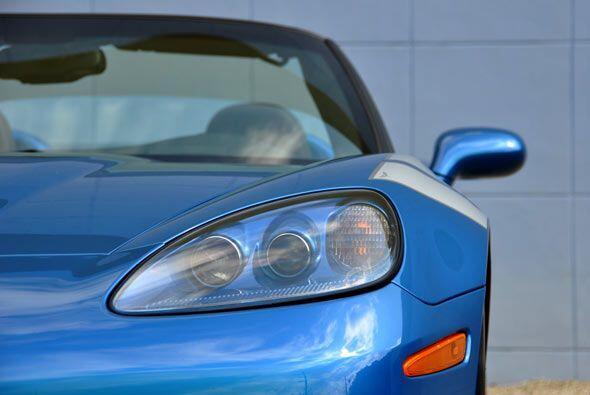 El diseño de los faros acentúa la primicia de un auto dinámico.